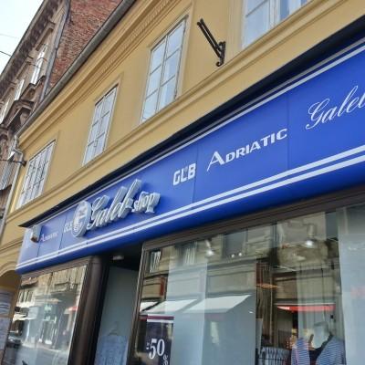 Galeb shop Ilica Zagreb - 3D svjetleća reklama - pročelje obljepljeno prema određenoj plavoj boji sa ostalim brendovima u bijeloj boji
